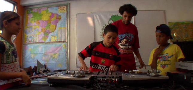 Docfest turntabalism class in Brazil